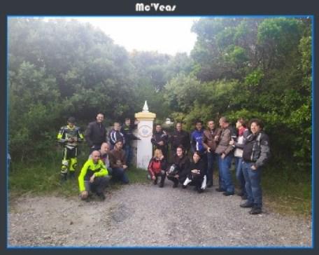 Grupo frente a la puerta del Faro