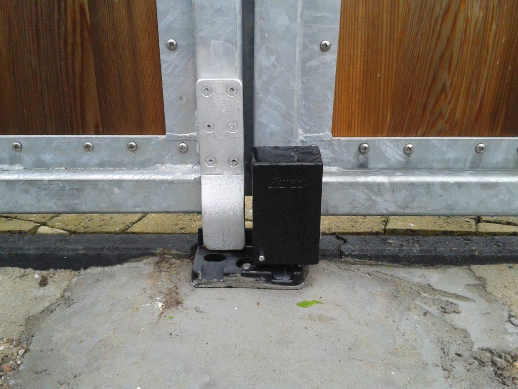 elektro-magnetisch-slot-aansluiting-op-hekvleugel-1024x768