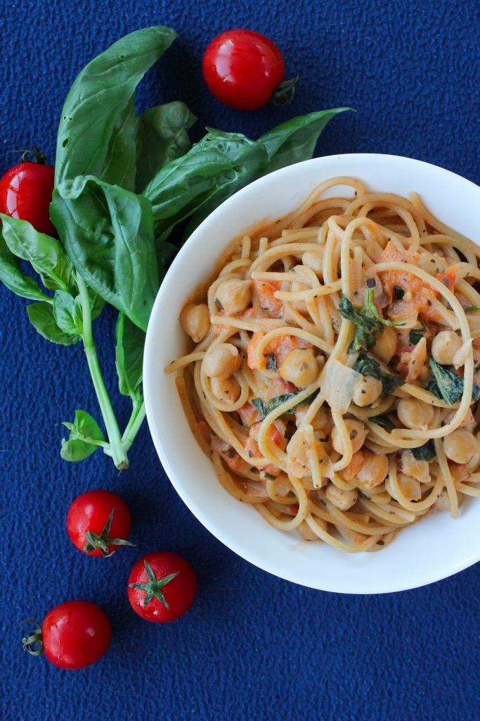 Esparguete cremoso com grão, tomate e manjericão