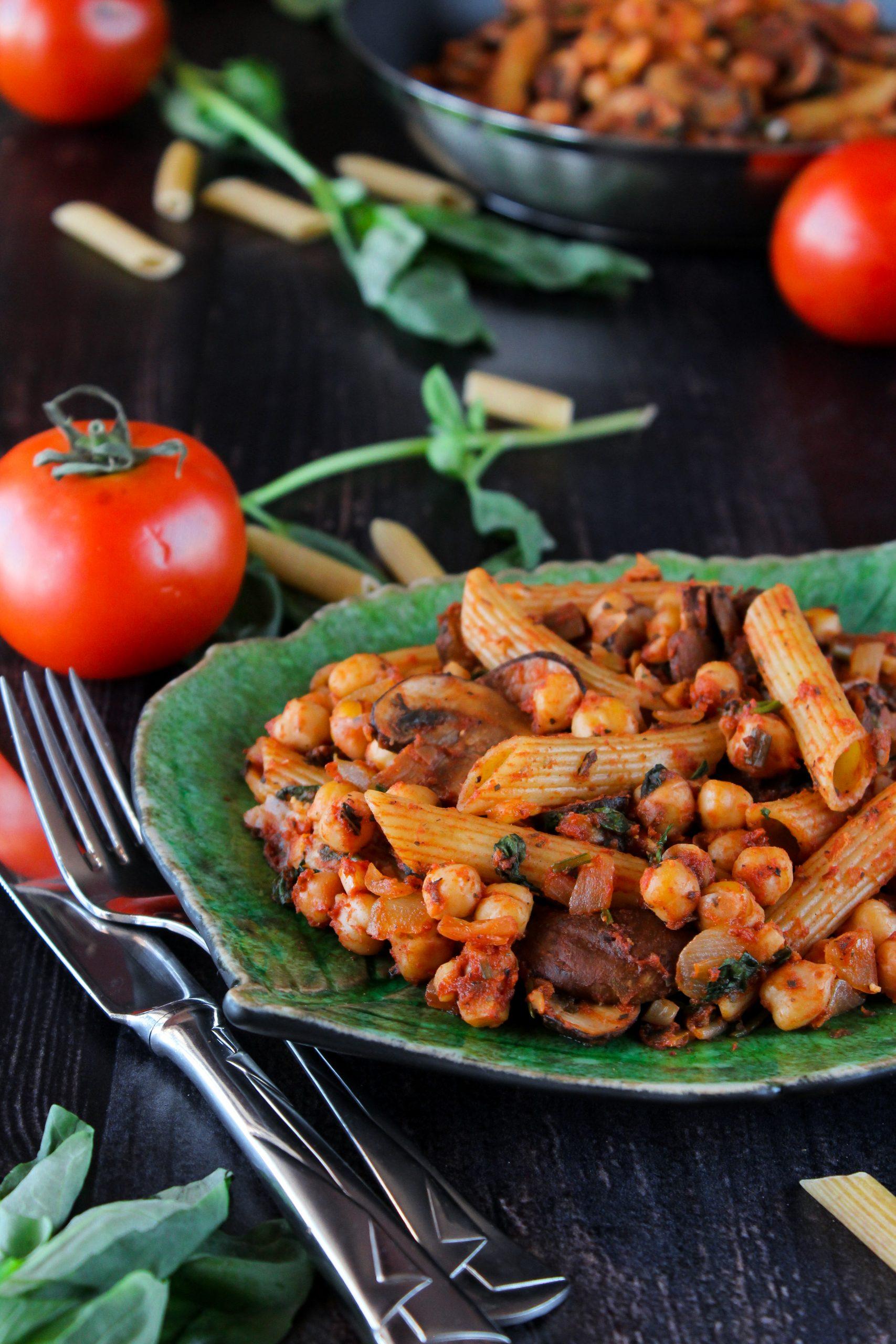 Massinha com grão, cogumelos, manjericão e molho de tomate 3