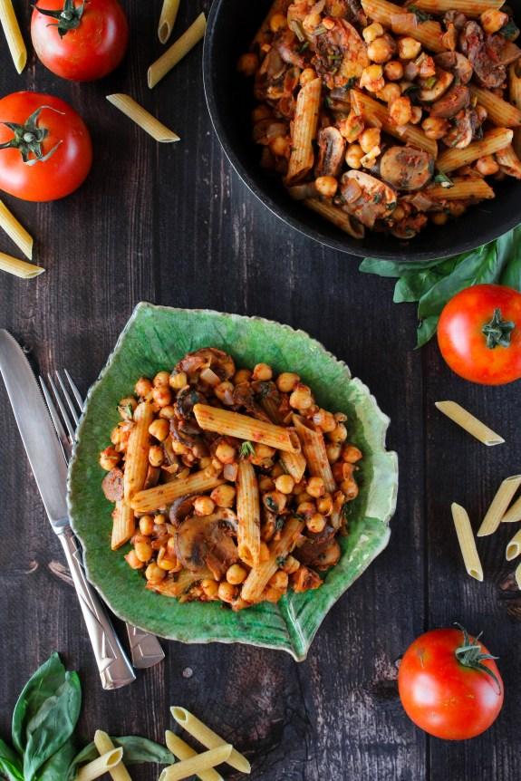 Massinha com grão, cogumelos, manjericão e molho de tomate