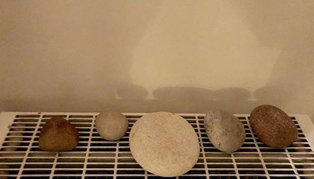 Lekkere warme stenen tegen koude handen. #winter #tip