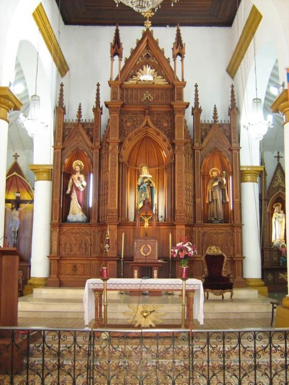 The main altar in the church (photo: SajoR)