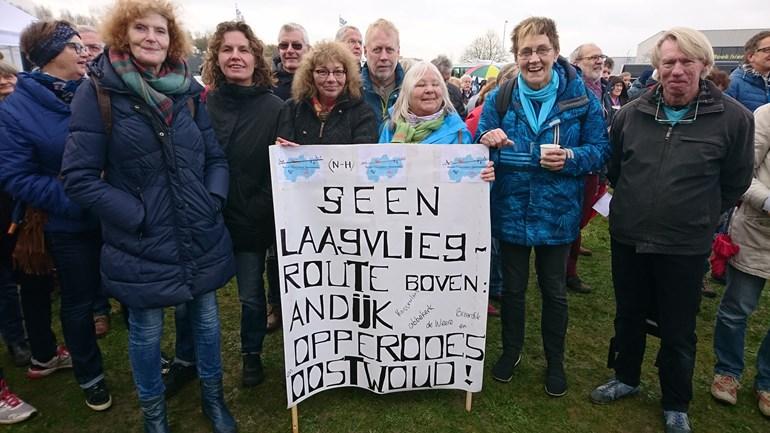 Demonstrerende tegenstanders van vliegveld Lelystad (Foto: NH Nieuws)