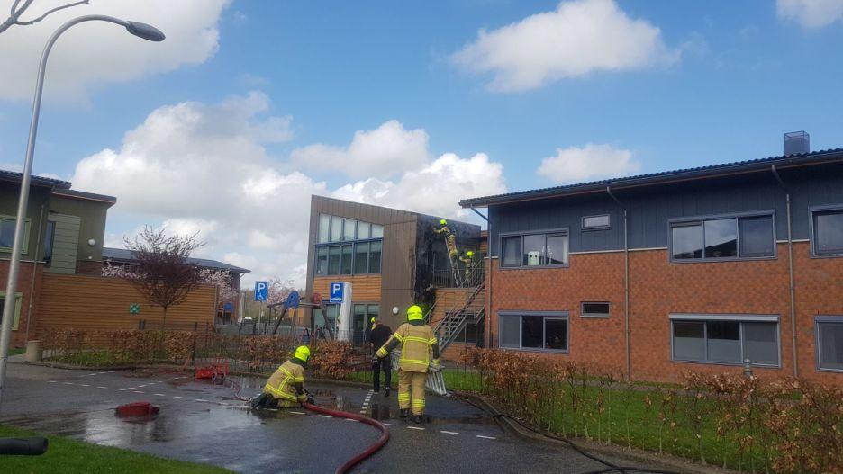 De brandweer in actie bij de brand bij Leekerweide (Foto: HBP Media)