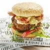 Een heerlijke hamburger met pestodip (Foto: DEEN Supermarkten)