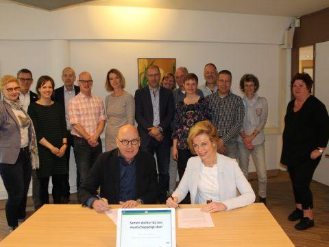ondertekening van het samenwerkingsplan door Iris van Bennekom en Paul Zegveld