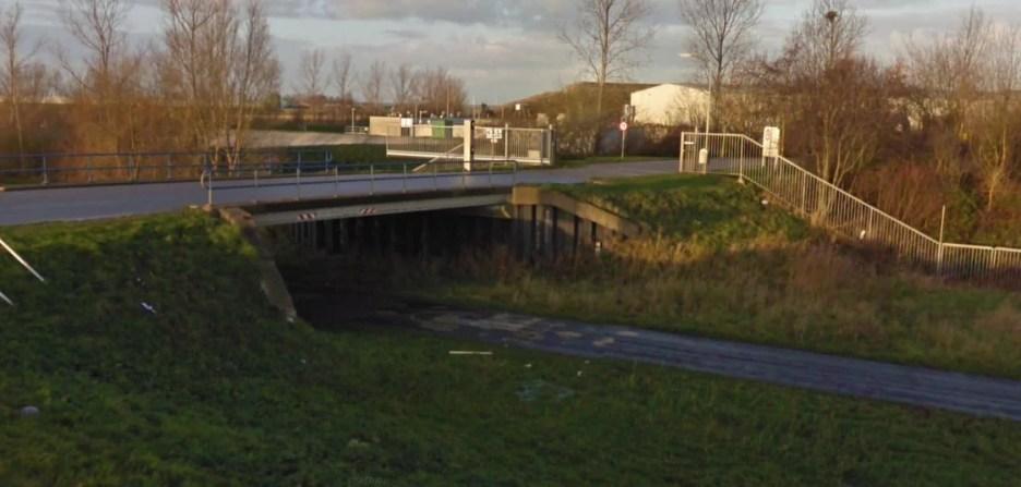 Het beruchte viaduct bij de vuilstort waar al menig chauffeur zich in heeft vergist