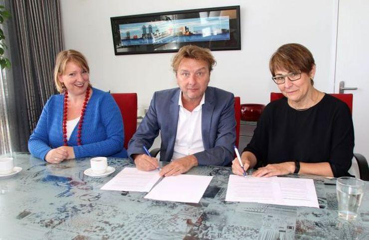Op de foto vanaf links: Renate Ooms, relatiemanager van Huis van het Werk, Occo Koedijker, voorzitter van Huis van het Werk en Anja Grootoonk, voorzitter College van Bestuur van het Horizon College. (Foto: Rob Duin)