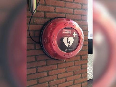 De door crowdfunding bijelkaar gespaarde AED hangt nu bij Patrick Odendaal aan de buitenmuur