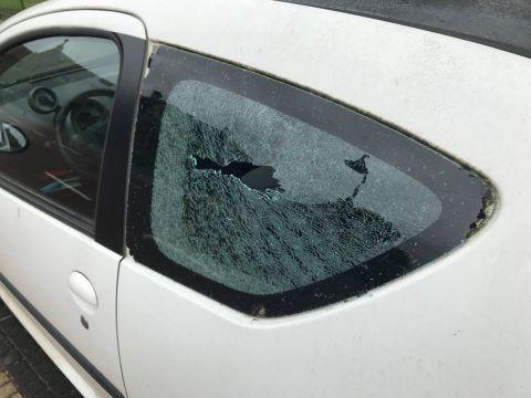 De Auto van Tom met het kapotte achterraam