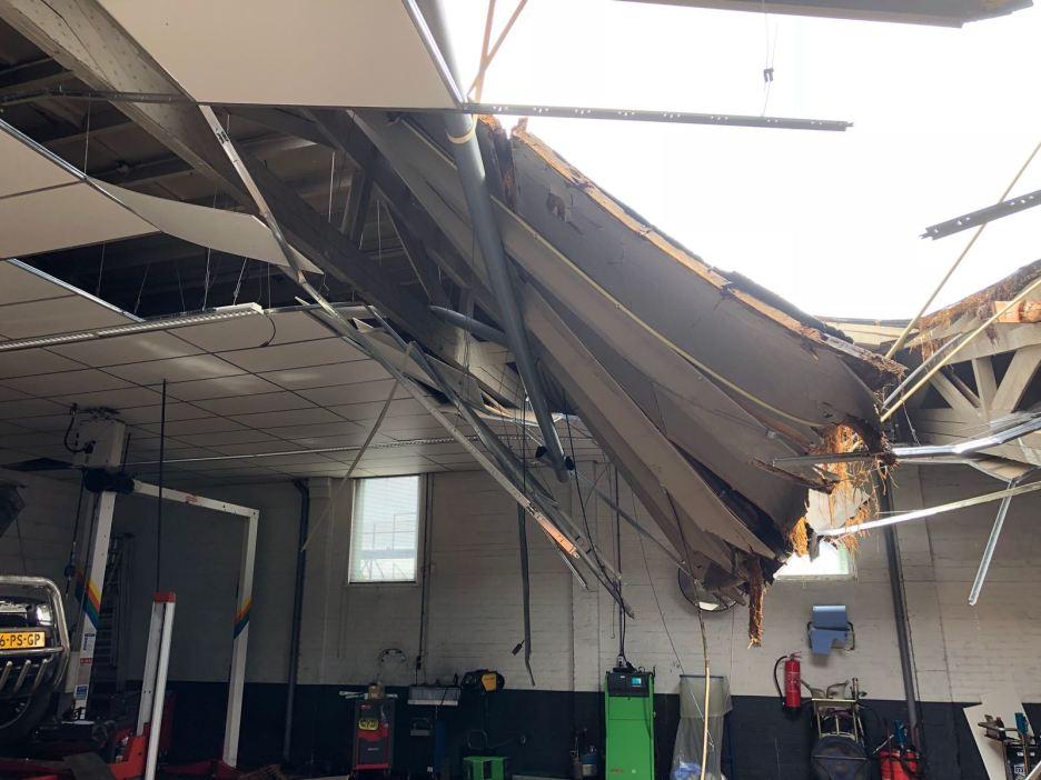 Het door de enorme regenval ingestorte plafond van Toyota Botman in Medemblik