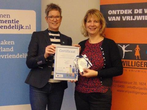 Miranda Zwart van Vrijwilligerspunt en Annet Koeman van Alzheimer Nederland (Foto aangeleverd)