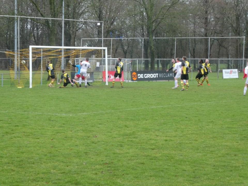 De bal zit in het net, Strandvogels heeft de score geopend. (Foto: Strandvogels)