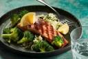 Wat eten wij vandaag: Gegrilde zalm met broccoli en kruidenrijst