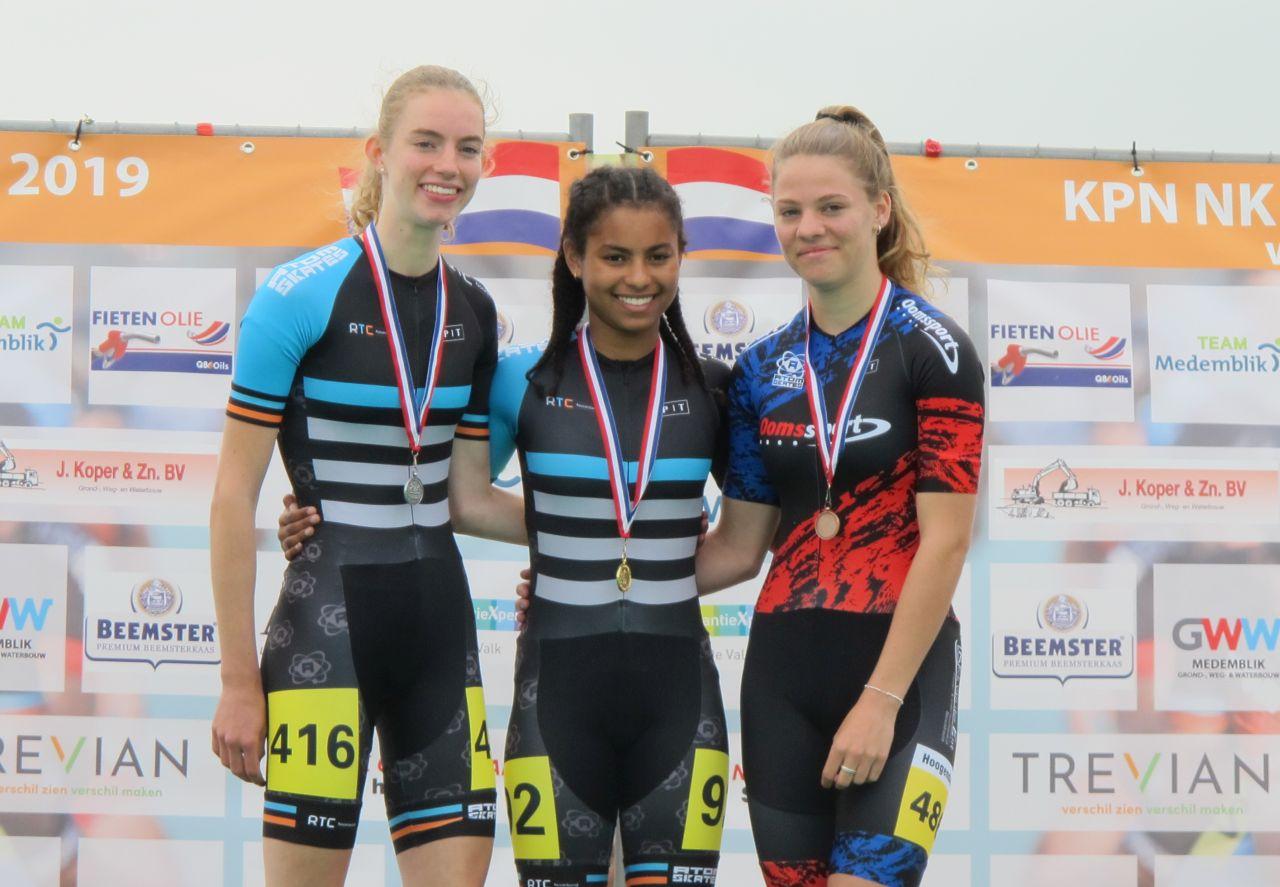 Medemblikse Iris Tiben als de nr. 2 op de 200 meter tijdrit met daarnaast de winnares Lataesha Narain en de nr. 3 Chloë Hoogendoorn (Foto: Skeelernieuws.nl)