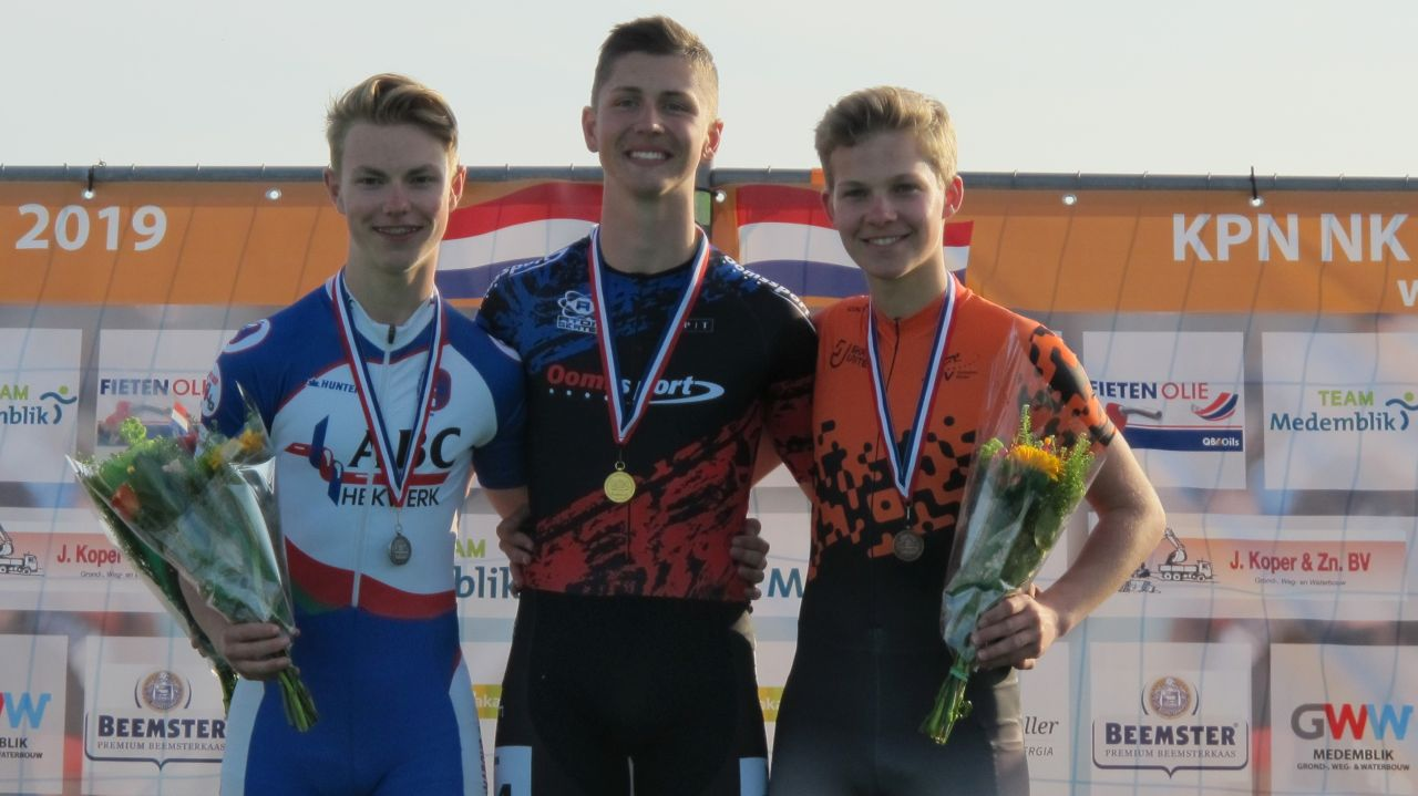 De nieuwe Nederlands kampioen Kayo Vos geflankeerd door de nr. 2 Jorjan ten Cate en de nr. 3 Stijn van de Bunt (Foto: Skeelernieuws.nl)