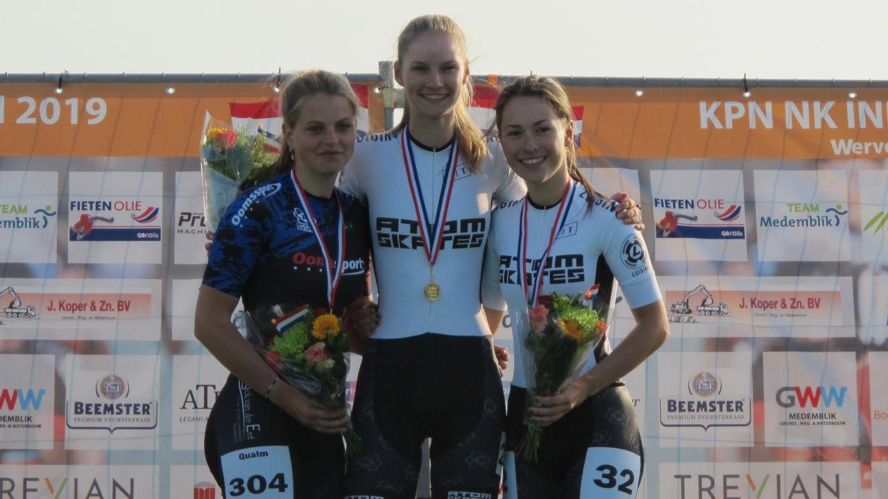 De nieuwe Nederlands Kampioen Bente Kerkhoff geflankeerd door de nr. 2 Laura Quealm en de nr. 3 Ramona Westerhuis (Foto: Skeelernieuws.nl)