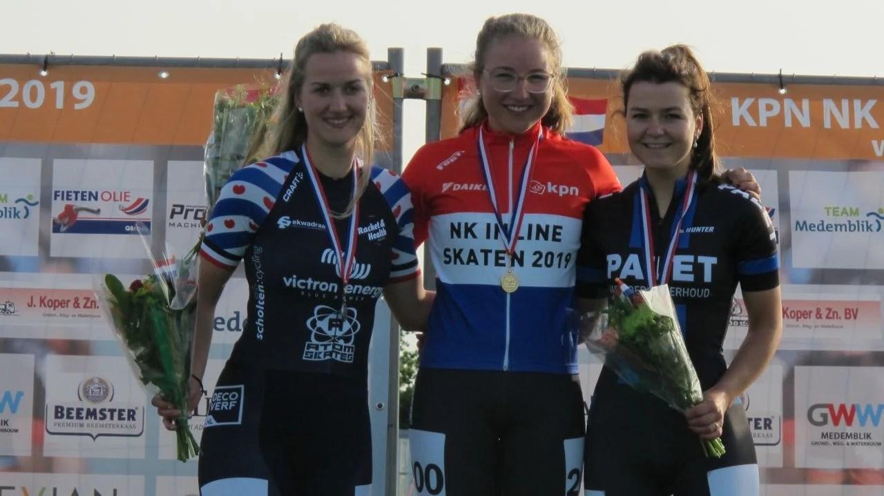 De nieuwe Nederlands kampioen Maya de Jong geflankeerd door de nr. 2 Berber Vonk en de nr. 3 Elsemieke van Maaren (Foto: Skeelernieuws.nl)