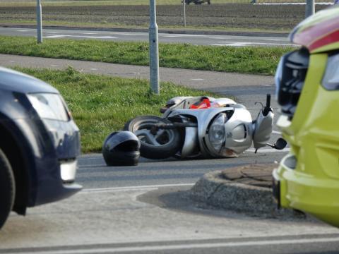 Scooterrijder gewond naar het ziekenhuis na botsing met onverzekerde auto