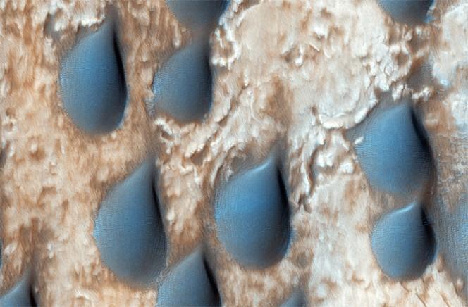 Dune a goccia su Marte trovate nel cratere Copernico. Questa zona è ricca di olivina, un minerale che si è formato durante le prime fasi della formazione del pianeta. Crediti: NASA/JPL-CALTECH/UNIVERSITY OF ARIZONA