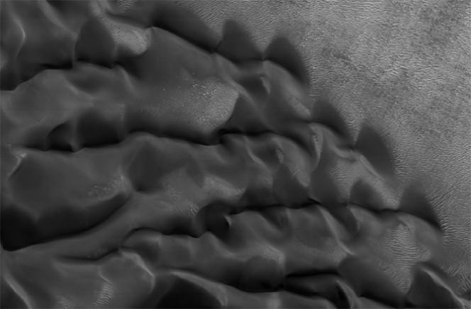 Questa tipologia di dune assomiglia alla stoffa mossa dal vento. Le increspature si muovono lentamente sul fondo del cratere Proctor. Crediti: NASA/JPL-CALTECH/UNIVERSITY OF ARIZONA