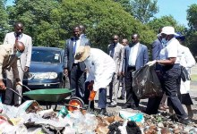 Photo of President interacts with residents during National clean-up