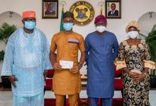Photo of Sanwo-Olu Gives N5million Cheque to LASU Best Graduating Student
