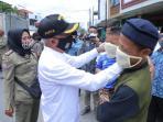 Bupati Asahan Pasangkan Masker ke Pengendara