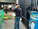Koordinator Aksi Imakor Ridho Pasaribu saat meyampaikan pernyataan sikap di depan gerbang kantor PPSU