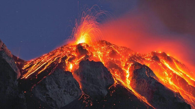 gunung meletus menyebabkan kebakaran hutan