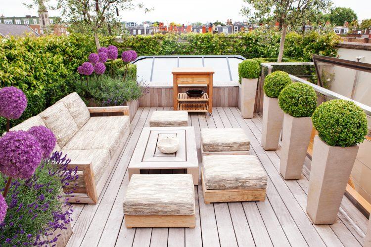 taman minimalis dengan pot di balkon