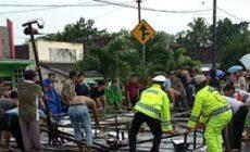 Permalink ke Petugas Gabungan Dibantu Warga Evakuasi Baliho Tumbang di Jalinbar Pugung