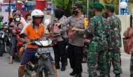 Permalink ke Semangat Kebersamaan, TNI Polri Bagi Bagi Takjil dan Masker ke Pengendara
