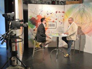 """Franco Delli Guanti nella veste di conduttore della trasmissione televisiva """"Entrata libera""""."""