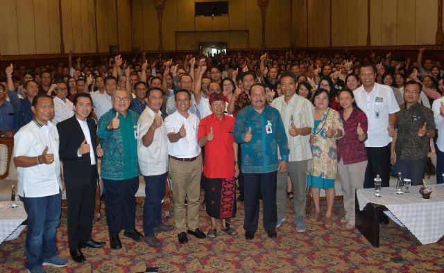 Seminar Motivasi yang diikuti direksi dan karyawan Bank BPD di Hotel NIKKI Denpasar