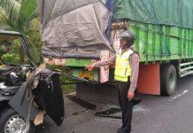 Pick Up Tabrak Truk Mogok