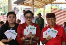 Nyoblos di TPS 11 Desa Sembiran, Gubernur Koster Ajak Masyarakat Kawal Pemilu Serentak