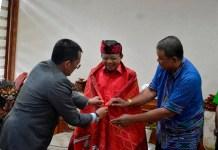 Komunitas IKBB juga berkesempatan menyematkan kain tradisional Batak yakni ulos kepada Gubernur Koster sebagai tanda persaudaraan
