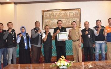Wakil Gubernur Bali Tjokorda Oka Artha Ardana Sukawati (Cok Ace) menerima Ketua Cabang Bali Aksi Cepat Tanggap (ACT) - Masyarakat Relawan Indonesia (MRI) Arief Mashudi, di ruang kerjanya