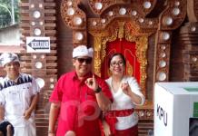 Wabup Sanjaya Usai mencoblos menunjukan jari isi tinta di temani istri