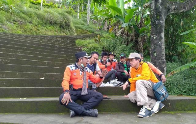 Petugas BPBD bersama relawan tengah mencari WNA yang hilang saat mendaki Gunung Agung