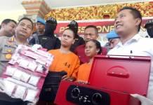Kapolresta Denpasar Kombes Pol Ruddi Setiawan didampingi Kasat Resnarkoba Polresta Denpasar Aris Purwanto saat menunjukkan barang bukti sabu dan pelaku pasutri jadi kurir narkoba.