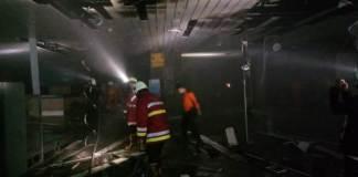 Petugas saat memamdamkan Api di Terminal Domestik Bandara Ngurah Rai