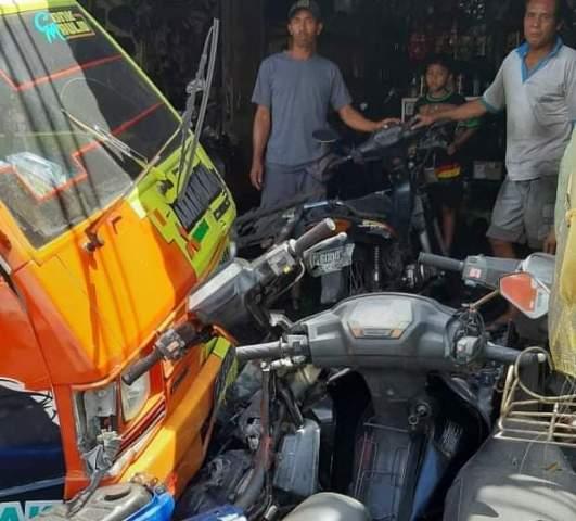 Kondisi Kendaraan Pasca kejadian Meyeruduk empat sepedamMotor parkir di jalan jurusan Denpasar - Gilimanuk termasuk Banjar Dinas Bajera Sari, Desa Bajera, Kecamatan. Selemadeg, Kabupaten Tabanan