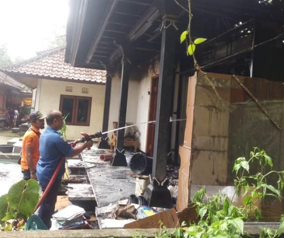 Rumah milik I Ketut Mawi (65) warga Banjar Suradadi, Desa Belimbing, Kecamatan Pupuan, Kabupaten Tabanan ludes terbakar
