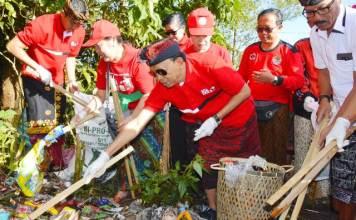 Gubernur Bali Wayan Koster meluncurkan Program Semesta Berencana Bali Resik Sampah Plastik di Lapangan Umum Kintamani, Bangli