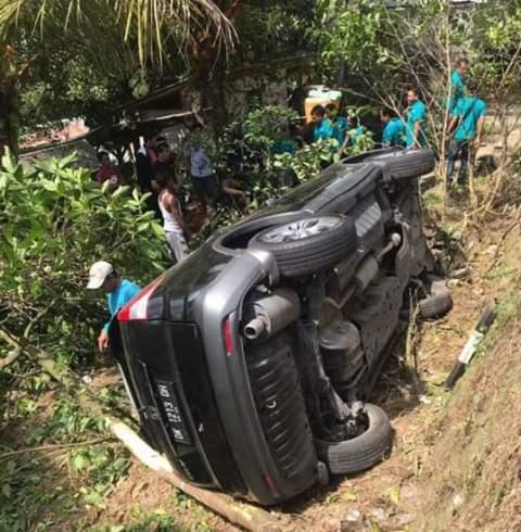 Mobil Honda CRV yang dikemudikan Arta Wijaya saat masuk kebun di pinggir jalan Denpasar – Singaraja,Banjar Sekar Gula, Baturiti, Tabanan