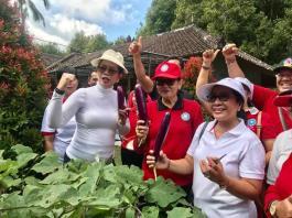 Ketua TP PKK Provinsi Bali Ny Putri Suastini Koster melakukan sinkronisasi dan harmonisasi 10 Program Pokok PKK di Desa Tajun, Kubutambahan, Buleleng