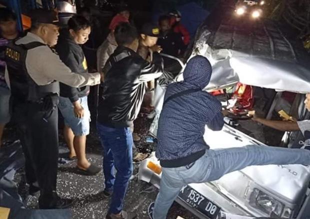 Evakuasi Pengemudi Suzuki Carry